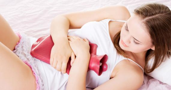 Junge Frau leidet unter Menstruationsschmerzen.