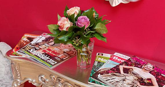 Zeitschriften auf dem Tisch im Wartezimmer von Brigitte Weber