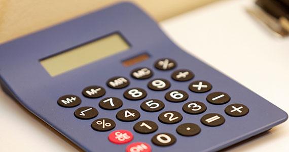 Ein blauer Solar-Taschenrechner liegt auf einem Tisch.