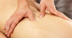 Brigitte Weber behandelt eine Kundin am Rücken mit einer Tuina-Massage.
