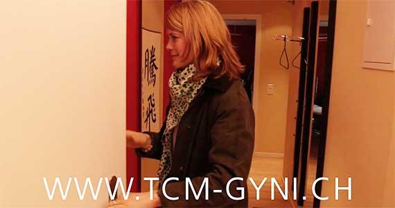 Eine Kundin betritt die Praxis von Brigitte Weber TCM-Gynäkologie in 8032 Zürich. Einstiegsszene in das Video.