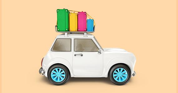 Auto mit farbigen Koffern auf dem Dach