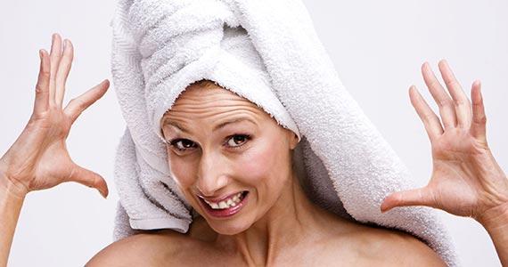 Frau mit Haartuch gestresst.