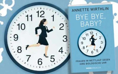 Eine Uhr mit Zifferblatt. Anstelle der Zeiger rennt eine Frau von links nach rechts.