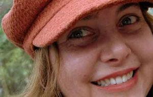 Das Bild zeigt eine 32jährige Frau mit roter Schirmmütze und Kinderwunsch. Nachdem sie die Pille abgesetzt hatte, blieb ihre Menstruation aus.