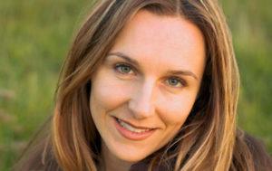 Das ist eine 31jährige Frau in der 28. Schwangerschaftswoche. Sie hat hellbraune Haare und grüne Augen
